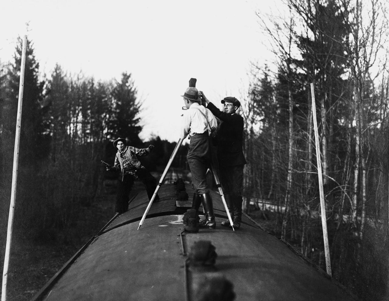 """August y Robert subidos a un tren durante la filmación de """"Ladrones de trenes"""", en 1920"""